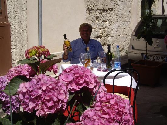 Dietro le Quinte: Grappaflasche stellt der Chef f.d. Gast a.d. Tisch