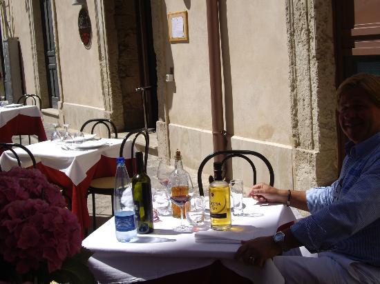 Dietro le Quinte: ein einladend gedeckter Tisch