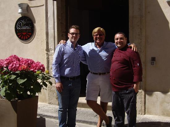 Dietro le Quinte: Werner mit Restaurant-Chef (rechts) u. Kellner (links)
