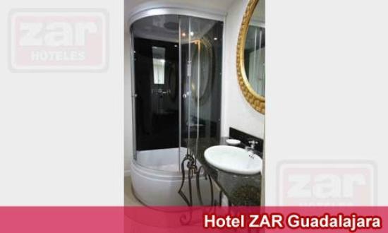 Hotel Zar Guadalajara: Bano con ducha privada