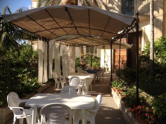 Locanda La Meridiana: colazione in giardino