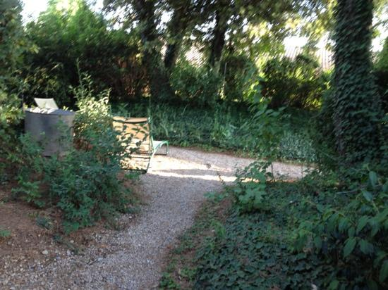 Ibis Styles Aix-en-Provence : petit jardin extérieur
