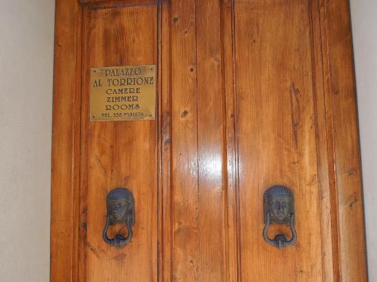 Palazzo al Torrione: avrete tre chiavi: una aprirà questa prima porta d'ingresso...