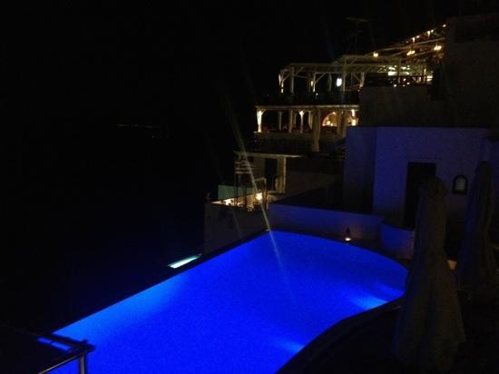 Cosmopolitan Suites Hotel: infinity pool over caldera
