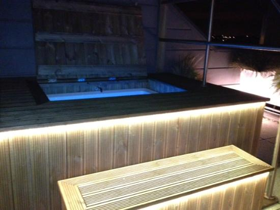 Vincent: Hot tub on the roof terrace!