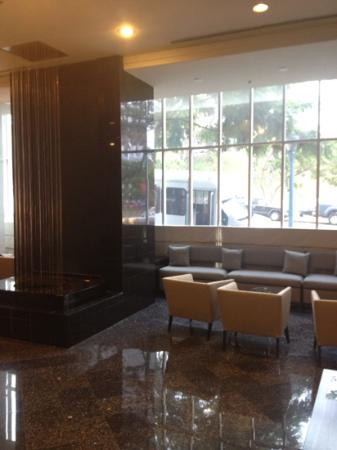 Doubletree Hotel San Diego Downtown: lobby w/ pretty fountain