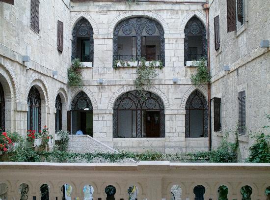 Custodia Di Terra Santa Casa Nova: Scorcio del Patio interno e coperto, Casa Nova di Gerusalemme