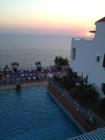 Hotel St Leonard: la piscina al tramonto, a destra in alto la stanza più bella dell'albergo!