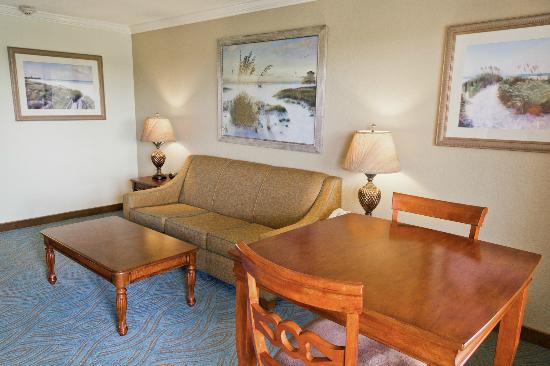 BEST WESTERN PLUS Siesta Key Gateway: 2 Room Executive Suite - Living Room with Queen Pullout