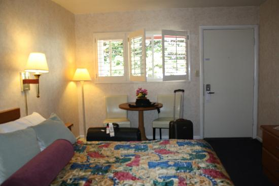 Town House Motel: more of the room