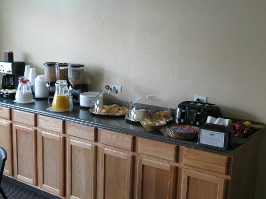 Thunderbird Lodge: breakfast offerings