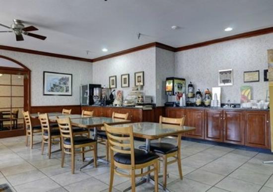 Quality Inn : Hot Breakfast Area