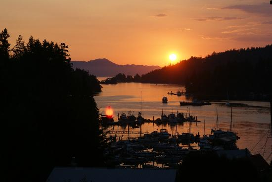 Enchanter Oceanview Suites: The warm glows of another beautiful sunset on the harbour!