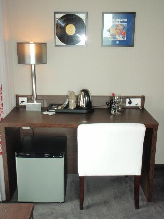 Hampshire Hotel - Delft Centre: Stylish desk and coffee station