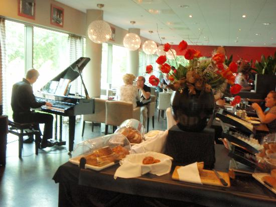 Hampshire Hotel - Delft Centre: Breakfast music and variety