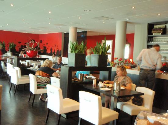 Hampshire Hotel - Delft Centre: At Breakfast - bright comfortable dining room