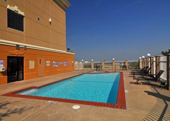 Comfort Suites Near Alliance: Outdoor Pool