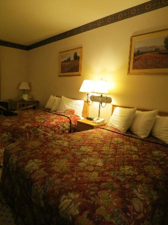 The Inn at Rolling Hills: two queen beds