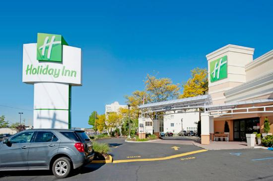 Holiday Inn Westbury: Exterior