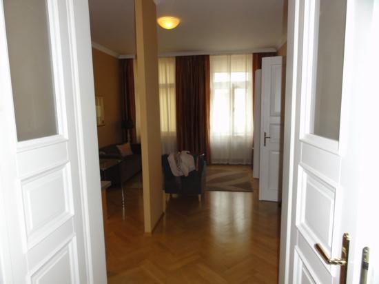 Hunger Wall Residence: salotto, notare parquet lucidato a specchio...
