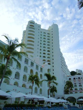 Tesoro Manzanillo: View of the main tower from the pool