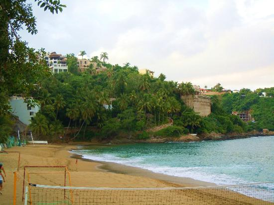 Tesoro Manzanillo: Great waves to swim and play in!