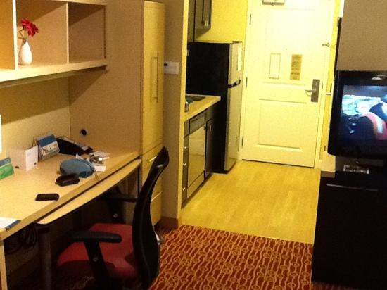 TownePlace Suites Scranton Wilkes-Barre : desk and kitchen area