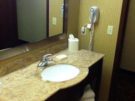 TownePlace Suites Scranton Wilkes-Barre : clean bathroom.
