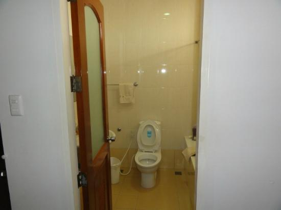 Macagang Business Center Hotel & Resort: Suite - bathroom view