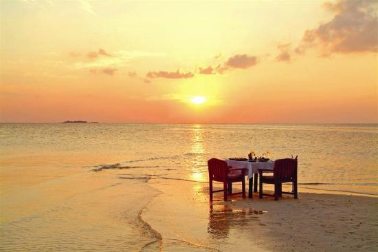 Sihanoukville, Kambodża: Sunset dining right on the beach at A'Chaar restaurant on Victory Beach