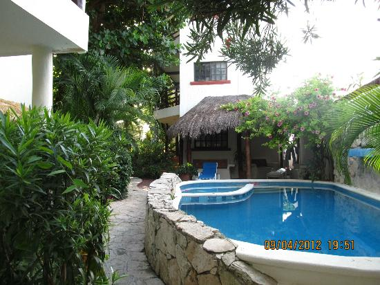 Hotel el Moro: The inner garden and pool....oh so refreshing!!
