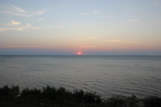Magnuson Grand Hotel Lakefront Paradise: Sunrise at Magnuson in Paradise MI