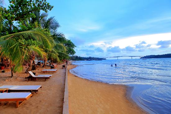 Sihanoukville, Cambodge : sunebeds at Victory Beach Hotel free to use