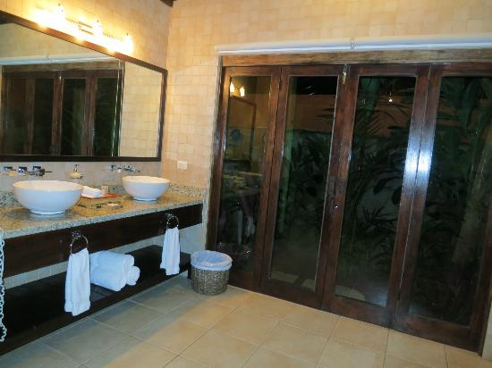 Rio Celeste Hideaway Hotel: double sinks in the bathroom with the outdoor shower right outside