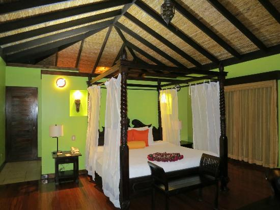 Rio Celeste Hideaway Hotel: big room with comfortable bed