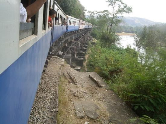Thai-Burma Railway (Death Railway): 泰緬鉄道