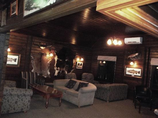 Tongariro Lodge Restaurant: One of the Lounge areas