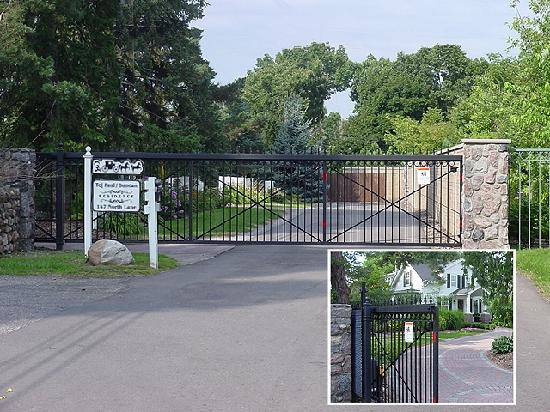 The Rochester Carriage House B&B: Carriage House entry gate