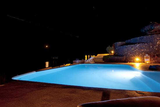 Aenaon Villas: Pool at night