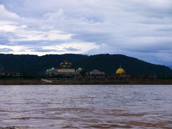 Чианг-Саен, Таиланд: Kings Roman Casino on the bank of Mekong River (Laos side)