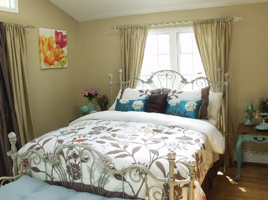 The Rochester Carriage House B&B: Tiffany Suite