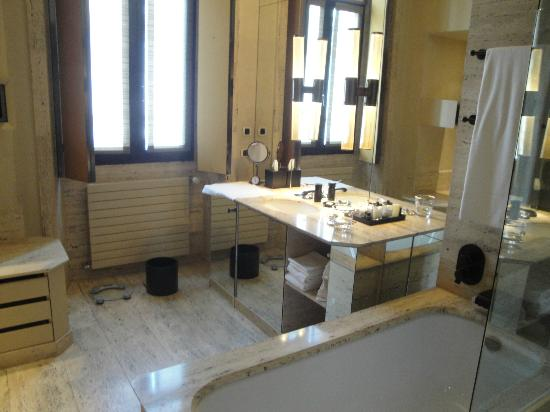 Park Hyatt Milan: Cavernous bathroom