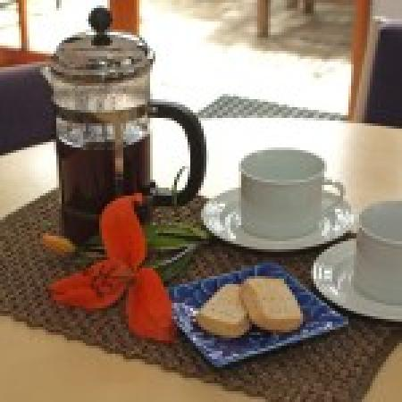 Cascades Lakefront Motel: Continental Breakfast or coffee in the sun