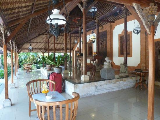 Tandjung Sari: la réception de l'hôtel 