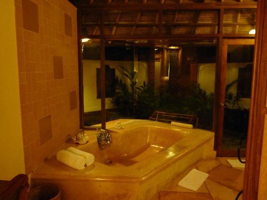 Tandjung Sari Hotel: vue de notre salle de bain (la douche est à l'extérieur)