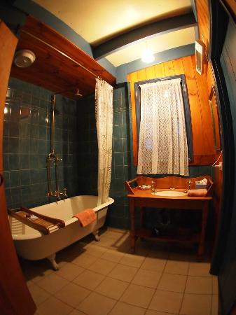 Brickendon Estate: nice style bathroom 