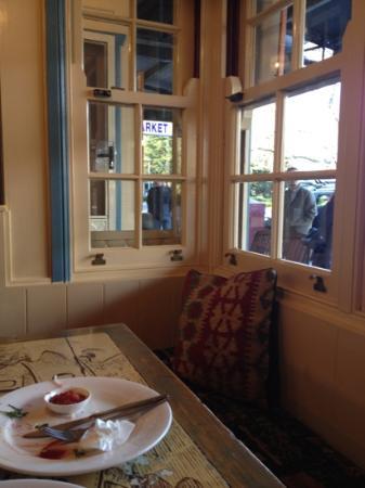 Blue Mist Cafe: lovely bay windows 