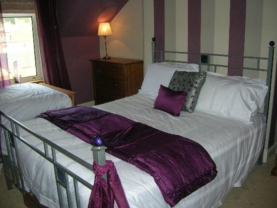 Invernente Bed & Breakfast: Situated at the top of the house with stunning views over Ben Ledi and the Trossachs. This room
