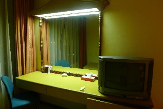 New York Hotel: Workstation and old-school CRT TV