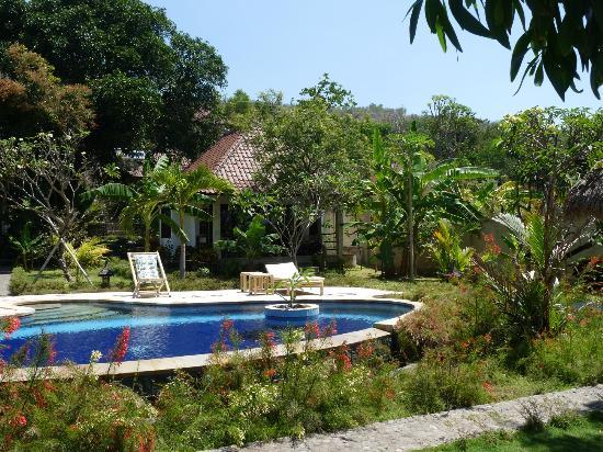Bali Dream House : Pisine de l'hôtel et notre bungalow (vue de la plage)